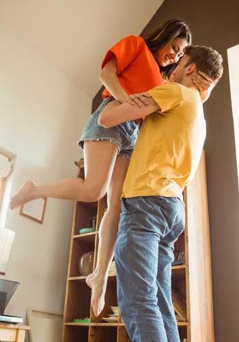子どもを持ち上げる男性