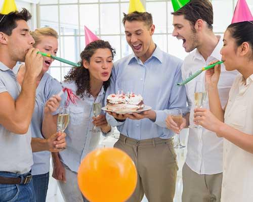 男女多数で盛り上がる誕生日パーティー