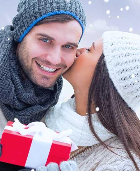 クリスマスプレゼントを渡す男性