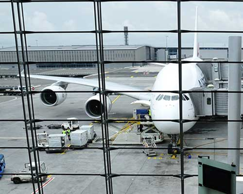 空港の飛行機搭乗口