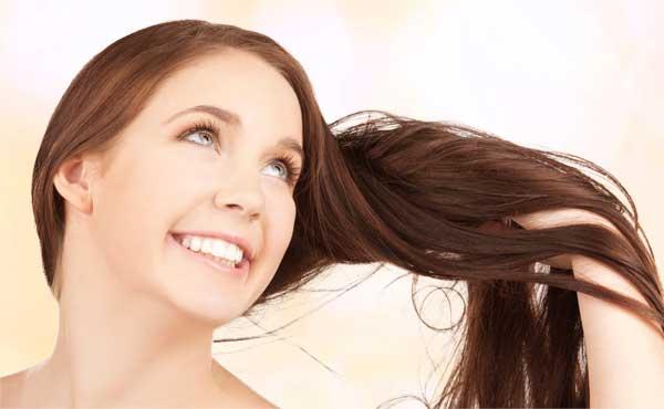 髪をなびかせる女性