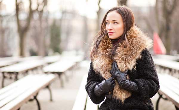 冬の外で待っている女性