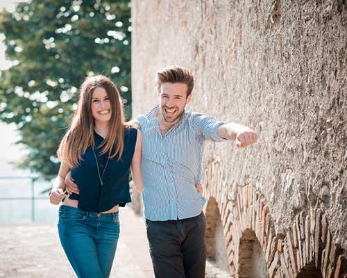 笑いながら連れ立って歩くカップル