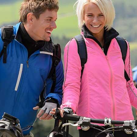 サイクリングするカップル
