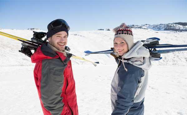 スキーをするカップル