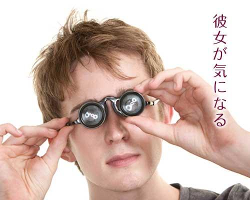 眼鏡を両手で持つ男性