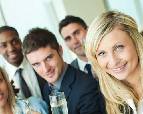 職場の飲み会でグラスを持つ男女