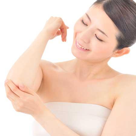 肘を手で触る女性