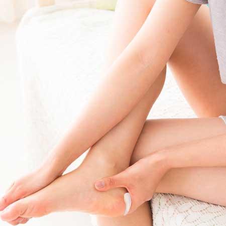 踵をマッサージする女性