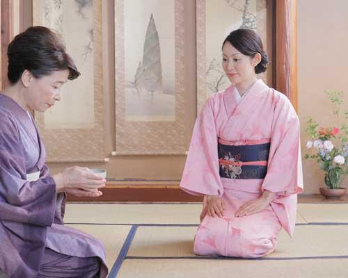 和室で、お茶を廻す女性