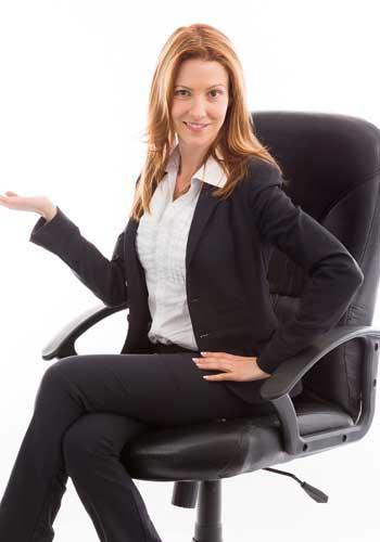 イスに座った姿勢でポーズを取る女性