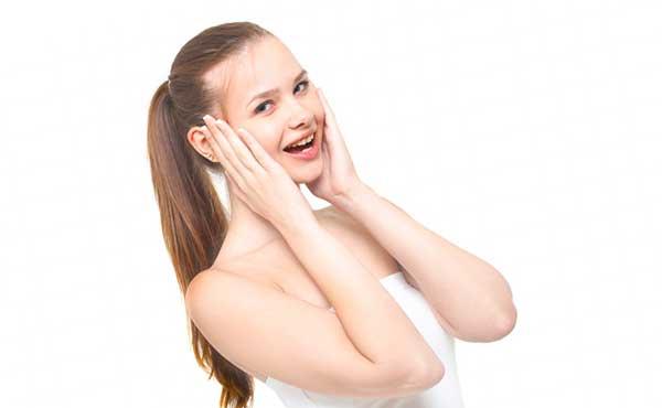 美容スキンケアをする女性