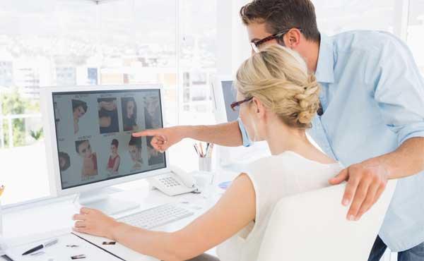 職場でパソコンを使う女性
