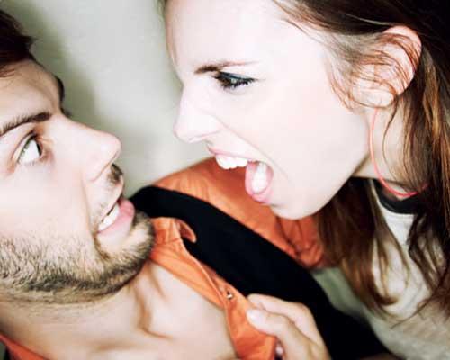 怒って男の胸倉を掴む女性