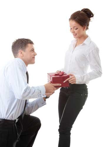 女性にプレゼントを渡す男性