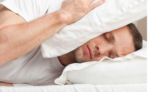 ベッドで静かに横になる男性