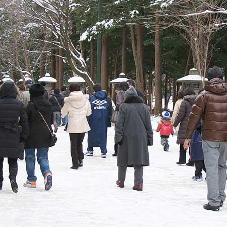 雪で覆われた参道