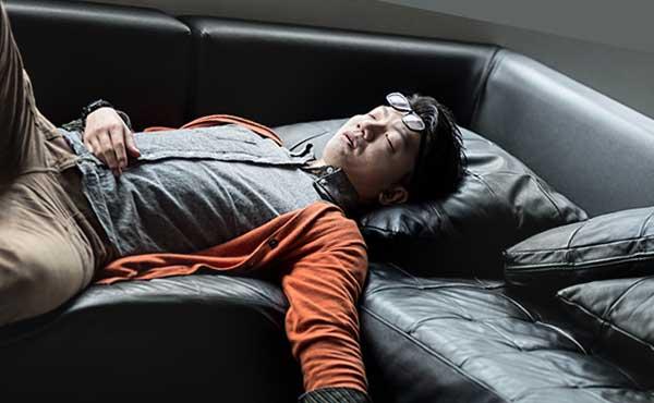 だらしない格好で寝る男性
