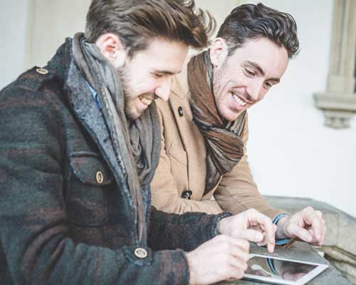 男性二人がタブレットを見ている