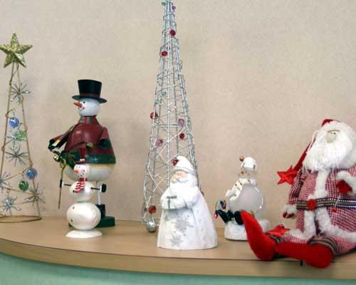 クリスマス雑貨が棚に並んでいる