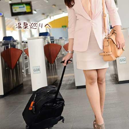 駅でキャリアーバックを引く女性
