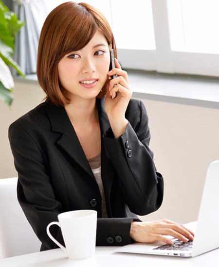 電話応対する女性