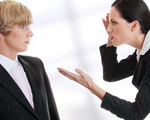 職場で喧嘩するカップル