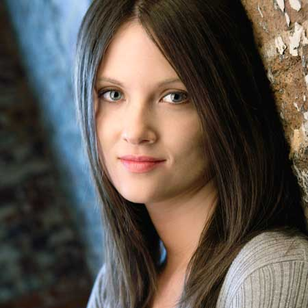 無表情で見つめる若い女性