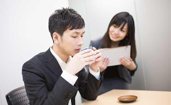 会社で、お茶を入れる女性