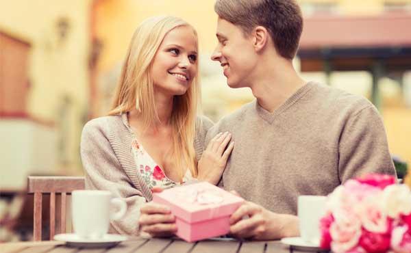 プレゼントを渡す男性と受け取る女性