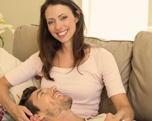 男性を膝枕する女性