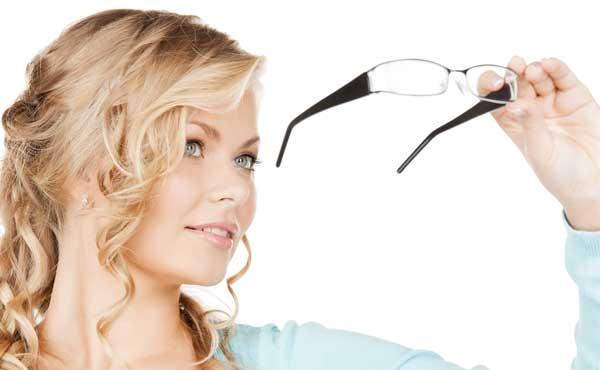 メガネを持った女性