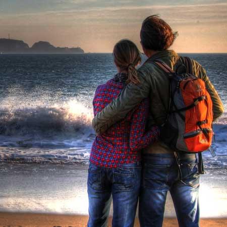 海を前にして立つカップル