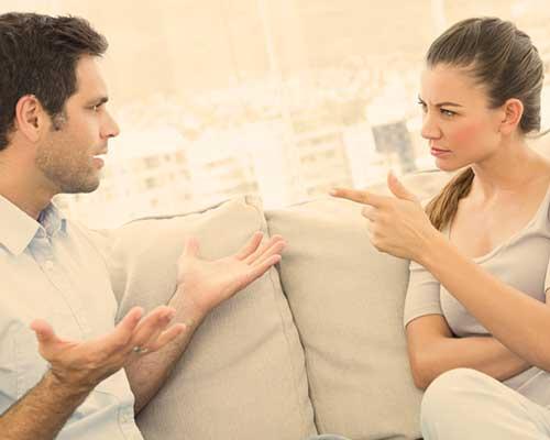 話合いで男性を指差す女性