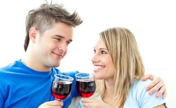 お酒を飲んだカップル
