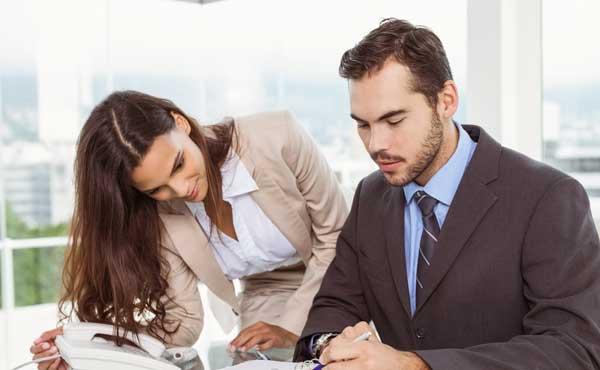 アシスタントの女性と働く男性
