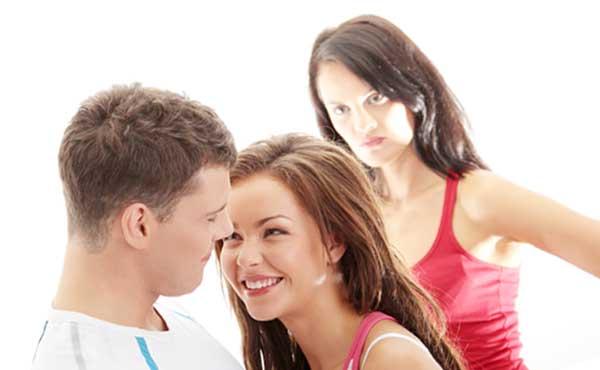 幸せなカップルと妬む女