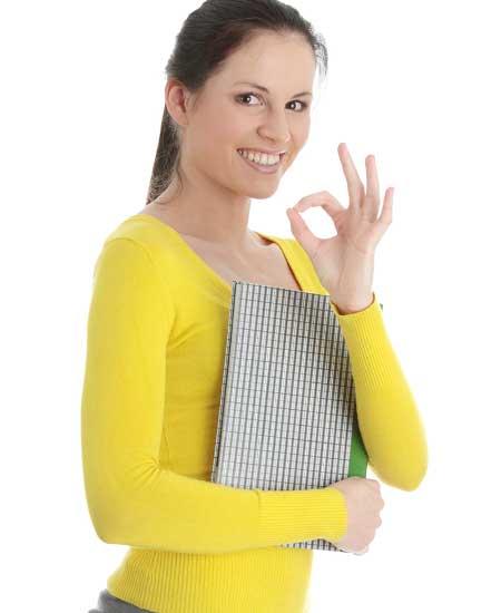 書類を持ちながら笑顔でOKポーズする女性