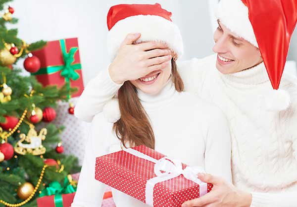 クリスマスで家デートする恋人たち