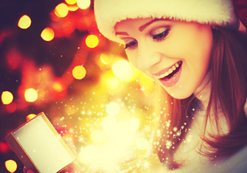 クリスマスプレゼントに驚く女性