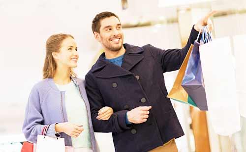 ショッピングモールデートをするカップル