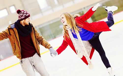 スケートをしているカップル