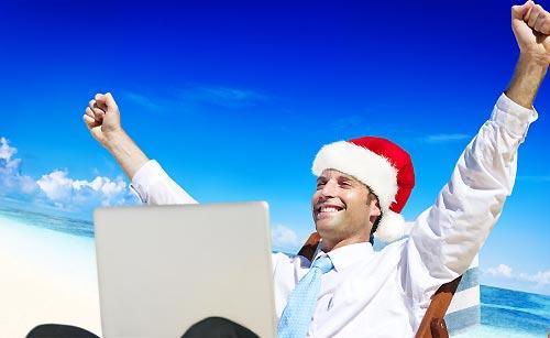 クリスマスイベントをパソコンで調べる男性