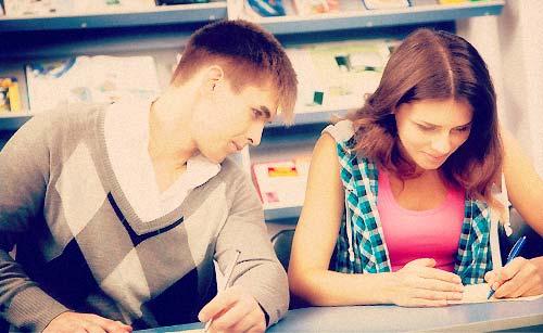 彼女に勉強を教える男子