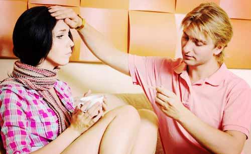 風邪を引いた女性を看病する男性