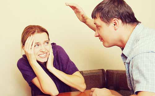 DV彼氏に怖がる女性