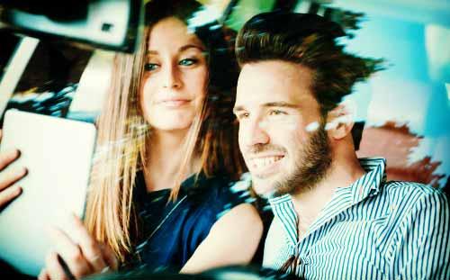 彼氏とのドライブで行先をナビする女性