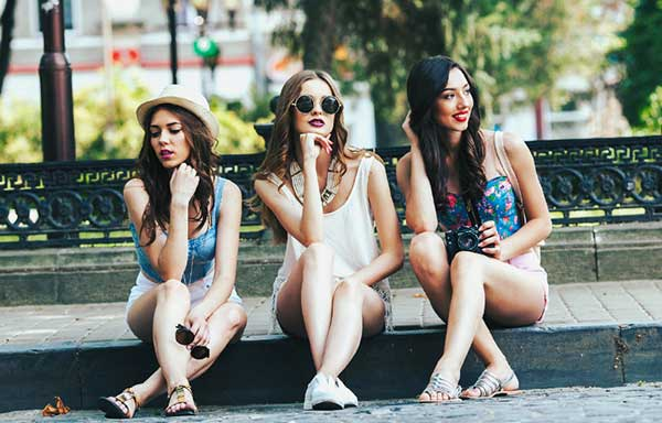 露出の多い服装の女性