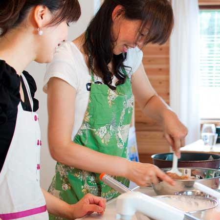 料理教室で実習する女性