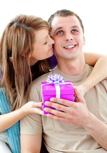プレゼントを送る男性と受け取る女性